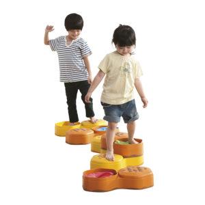 ścieżka sensoryczna zabawa