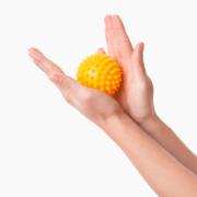piłka rehabilitacyjna 5,4 cm - przykładowe ćwiczenie